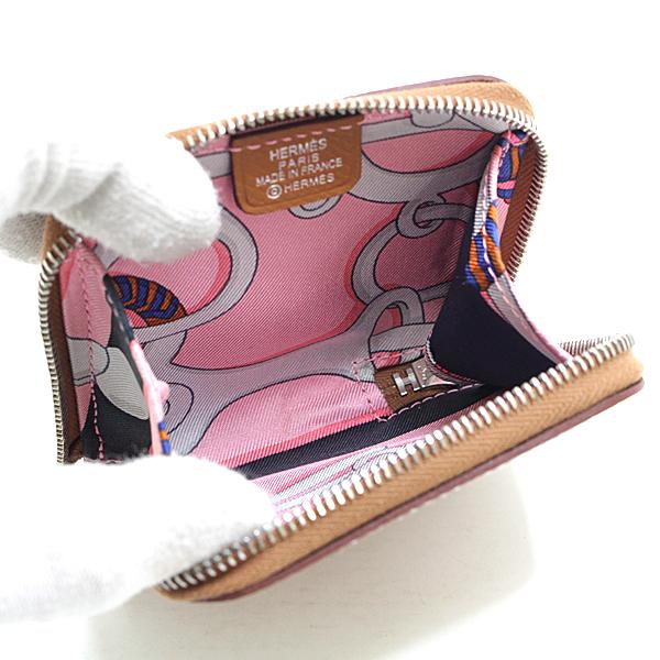 シルクスカーフのライニングが可愛らしいエルメスのコインケースです