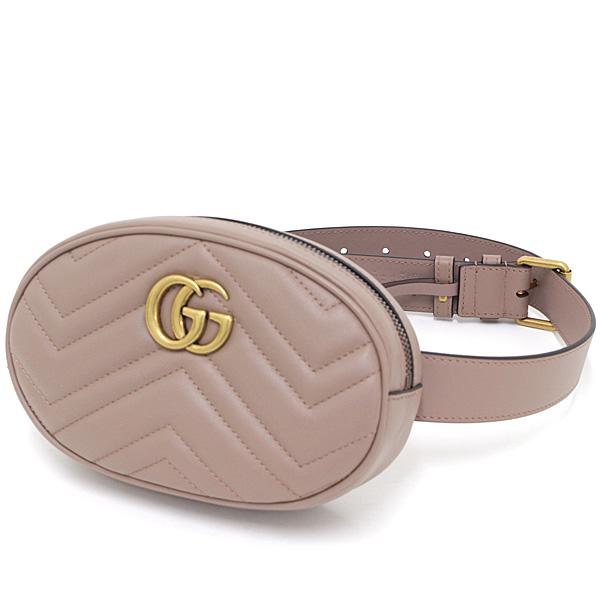 シックに決まるグッチのGGマーモント ベルトバッグ