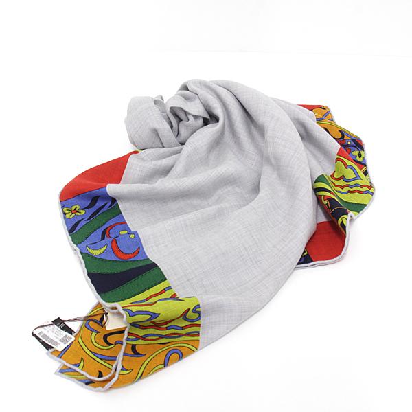 季節の変わり目に一枚あると重宝する、エルメスの大判スカーフ 「カレ 140 アマゾンの祭典」 未使用品。 カシミアとシルクの上質な肌触りです。